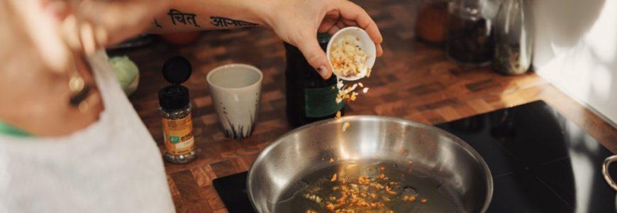 En spishäll med inbyggd fläkt minskar matos, ånga och fukt i köket på ett mycket smidigt sätt