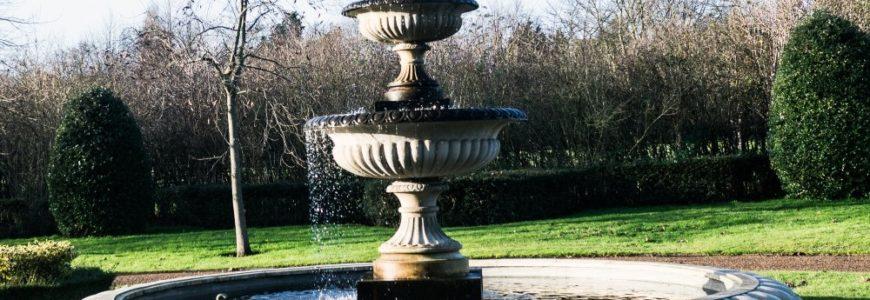 En fontän som förskönar trädgården utanför fönstret